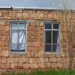 احداث خانه اي در روستا با سنگ هاي کاروانسراي شاه عباسي!